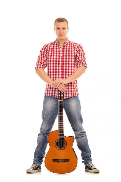 Joven músico con guitarra Foto gratis