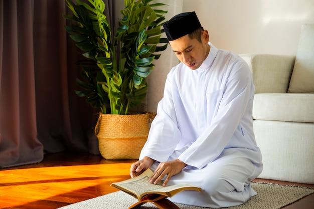 Joven musulmán haciendo oración tradicional a allah Foto Premium