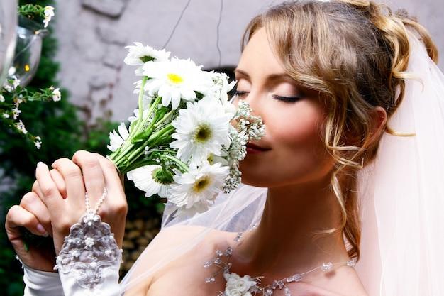 Joven novia con flores Foto gratis