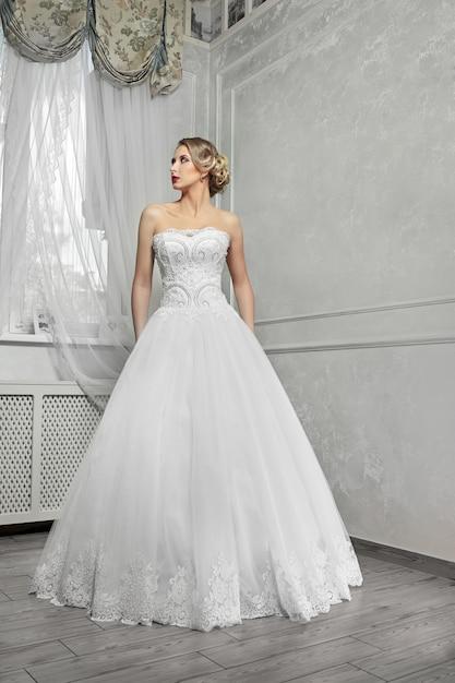 joven novia hermosa, mujer en vestido de novia blanco largo