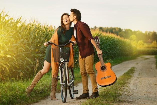 Joven pareja está caminando por camino rural Foto Premium