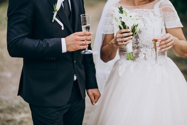 Joven pareja casada bebiendo champaña juntos Foto gratis