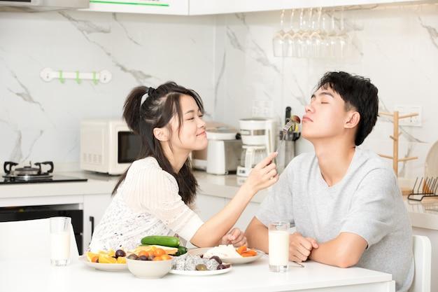 Joven pareja desayuna en casa Foto Premium
