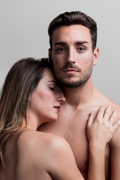 Joven pareja desnuda abrazando Foto gratis