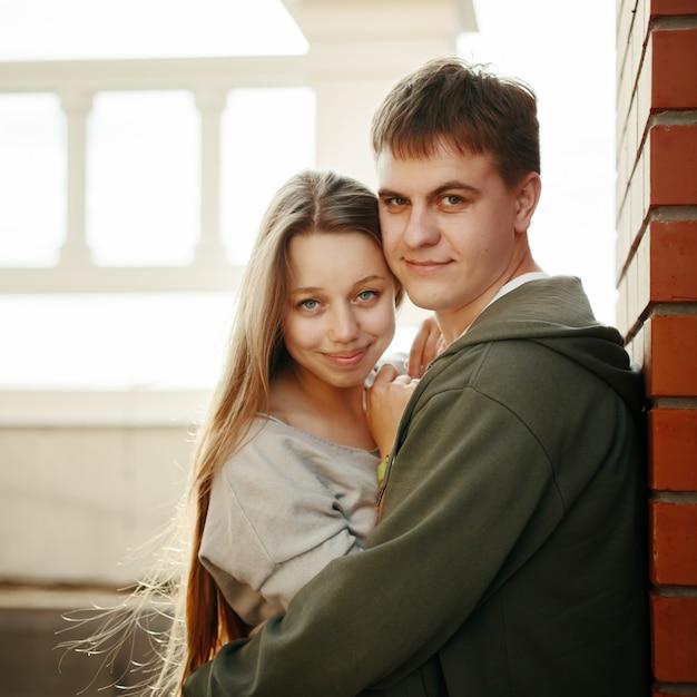 Joven pareja elegante abrazando en la calle Foto Premium