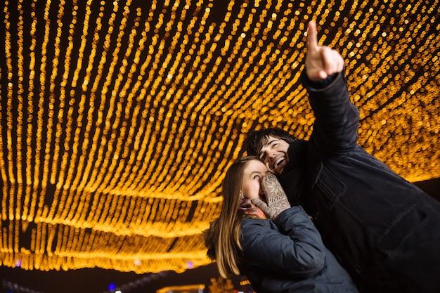 Joven pareja enamorada al aire libre Foto gratis