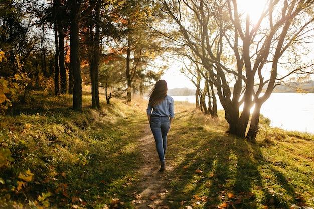 Joven pareja enamorada. una historia de amor en el parque forestal de otoño. Foto gratis