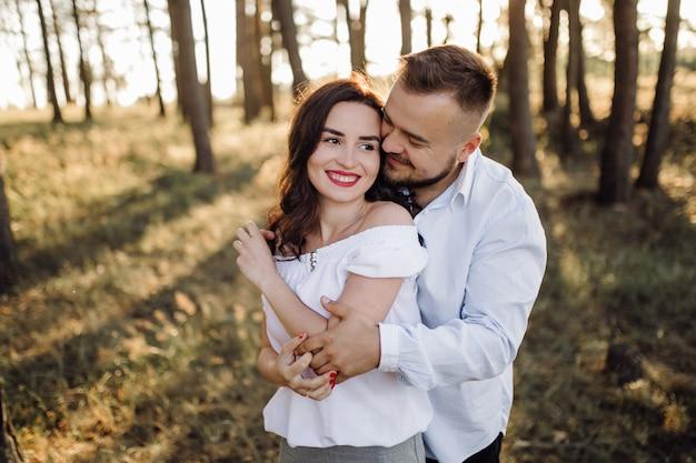 Joven pareja de enamorados paseando por el parque Foto gratis