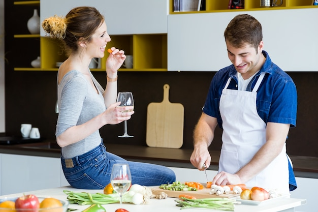 Joven pareja feliz cocinar juntos en la cocina en casa for La cocina en casa