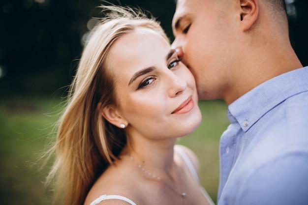 Joven pareja futura novia y novio Foto gratis