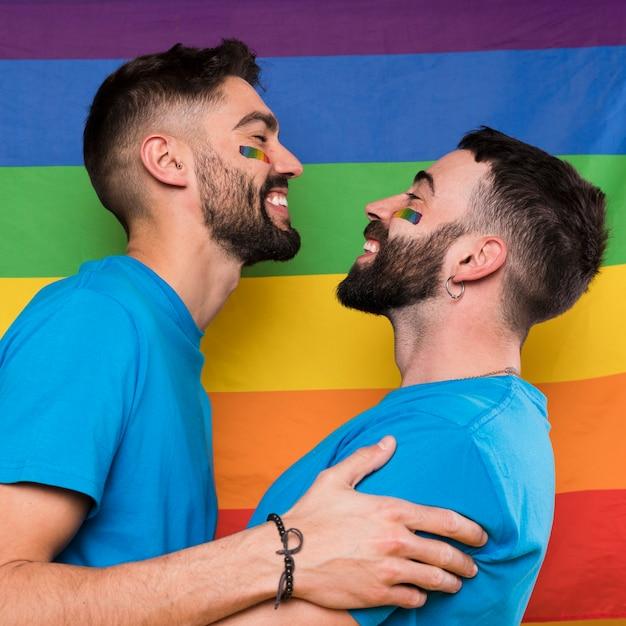 Joven pareja de gays abrazando | Foto Gratis