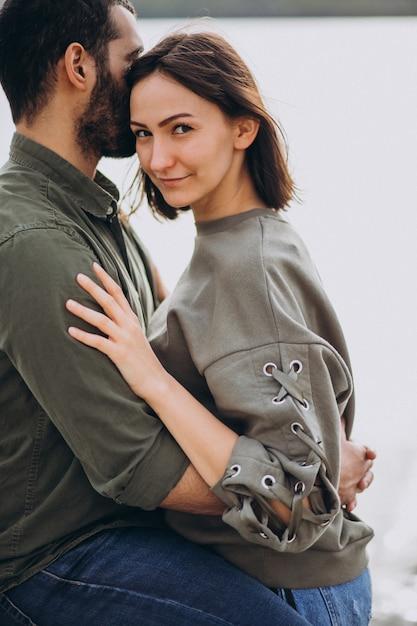 Joven pareja internacional juntos en el parque Foto gratis