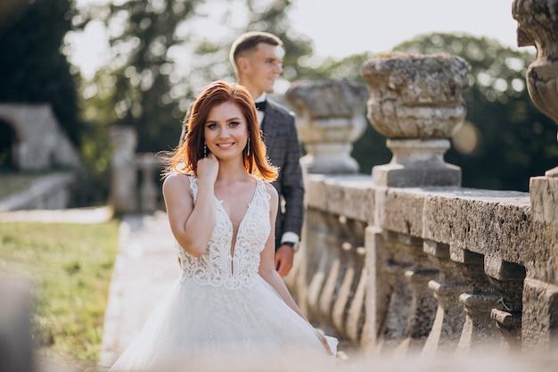 Joven pareja sesión de fotos de matrimonio afuera Foto gratis