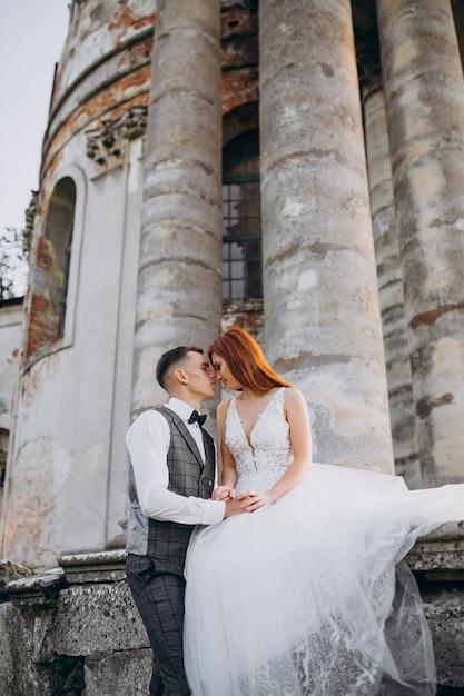 joven pareja sesión de fotos de matrimonio afuera  foto