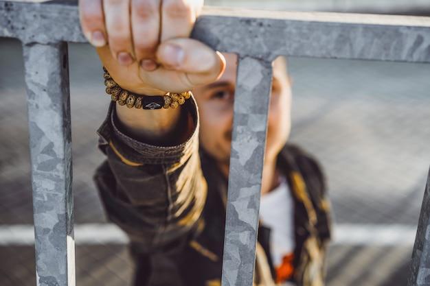Joven retrato callejero, hombre en estilo militar. Foto Premium