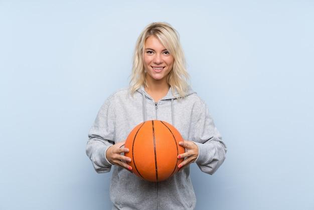 Joven rubia con pelota de baloncesto Foto Premium