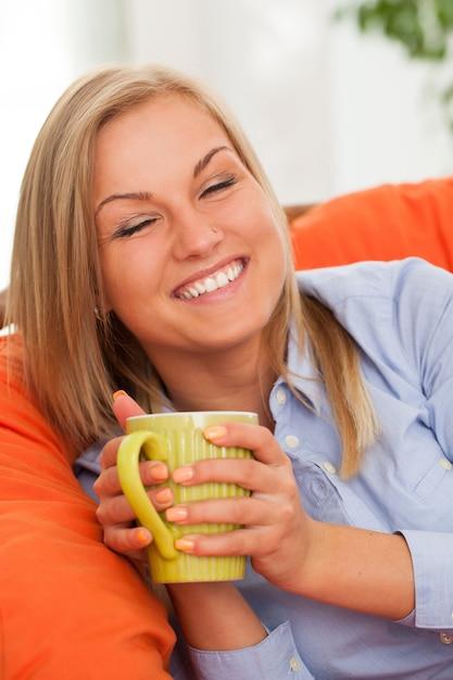 Joven rubia con taza Foto gratis
