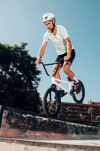 Joven saltando con bicicleta Foto gratis