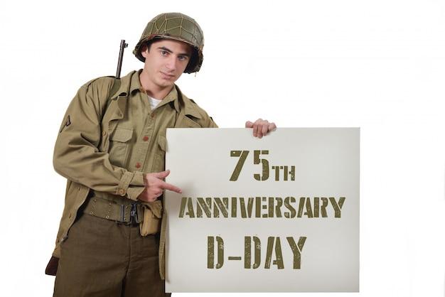 Joven soldado estadounidense muestra un cartel. Foto Premium