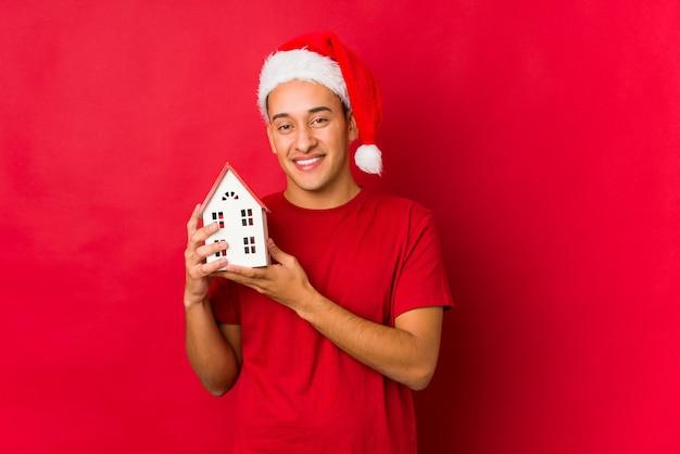 Joven sosteniendo un regalo el día de navidad Foto Premium