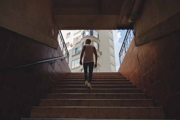 Joven, subir escaleras en el metro peatonal Foto gratis