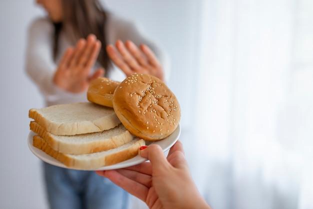 Joven sufre de gluten. Foto Premium