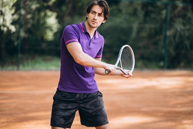 Joven tenista en la cancha Foto gratis