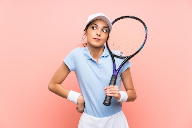 Joven tenista mujer haciendo dudas gesto mientras levanta los hombros Foto Premium