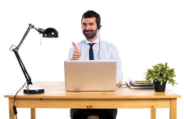 Joven, trabajando, auricular, pulgar, arriba Foto gratis