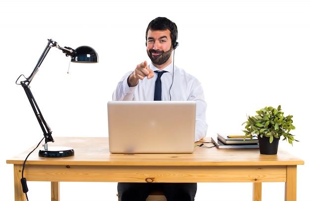 Joven, trabajando, auricular, señalar, frente Foto gratis