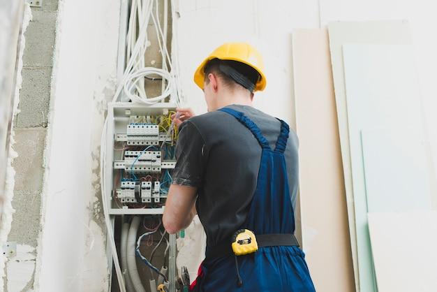 Joven trabajando con cables en el conmutador Foto gratis