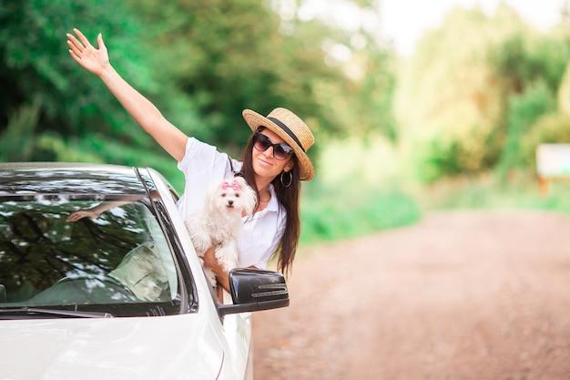 Joven turista disfrutando en vacaciones de verano Foto Premium