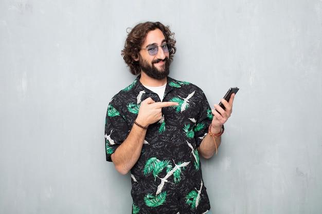 Joven turista con un teléfono móvil Foto Premium