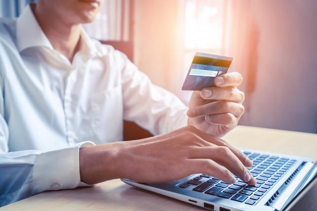 Joven use tarjeta de crédito para compras en línea Foto Premium