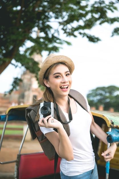 Joven viajero mujer asiática con mochila viajando por la provincia de ayutthaya, tailandia Foto gratis