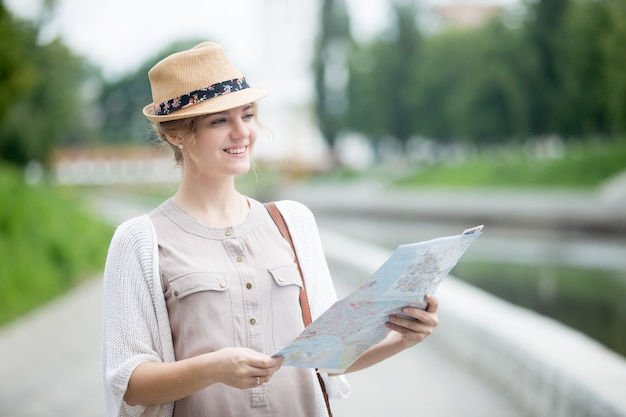 Joven, viajero, mujer, comprobación, afuera, puntos de vista Foto gratis