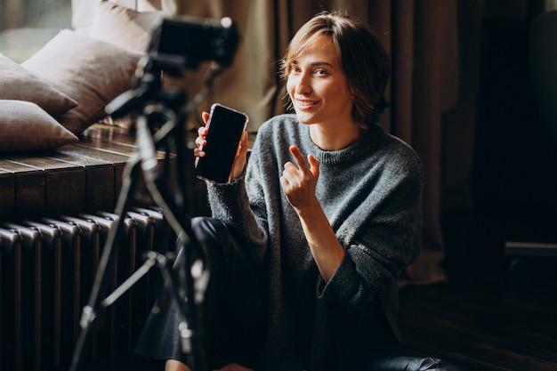 Joven video blogger haciendo una revisión de video para su vlog Foto gratis