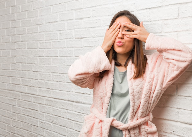 Joven vistiendo pijama se siente preocupada y asustada Foto Premium