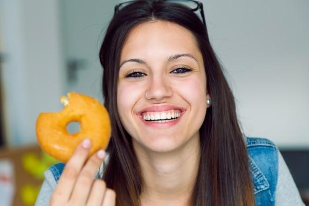 Resultado de imagen para joven comiendo donas