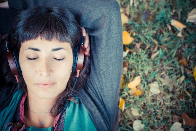 59b06e3f62270 Joven y bella mujer escuchando música otoño