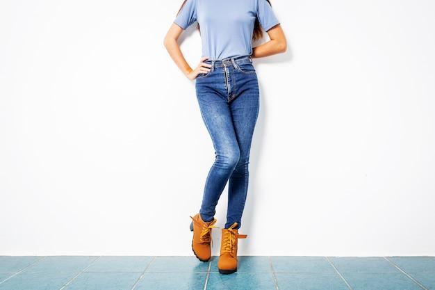 1e33a3cdb Jovencita blue jeans marrón zapatos pared blanco | Descargar Fotos ...