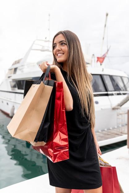 Jovencita mostrando su felicidad de compras Foto gratis