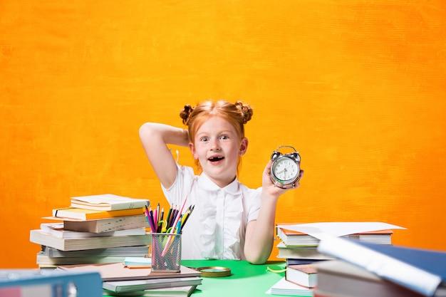 Jovencita con muchos libros Foto gratis