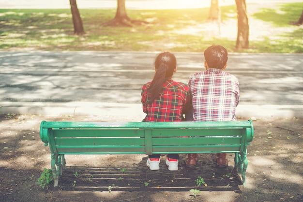 Jóvenes Adolescentes Pareja De Enamorados Sentados Juntos