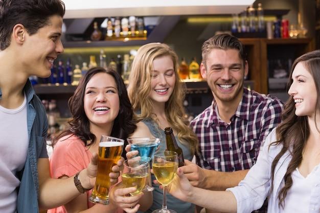 Resultado de imagen para amigos tomando alcohol