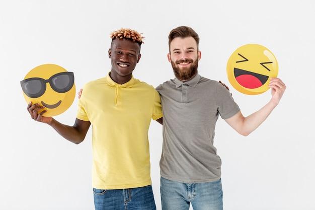 Jóvenes amigos varones con emoji Foto gratis