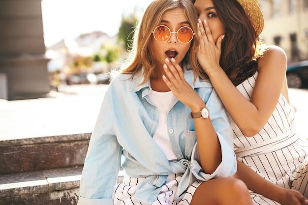 Jóvenes chicas elegantes posando en la calle Foto gratis