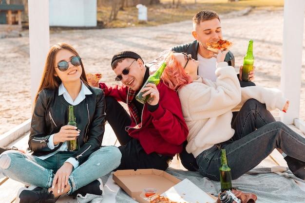 Jóvenes divirtiéndose juntos en picnic Foto gratis