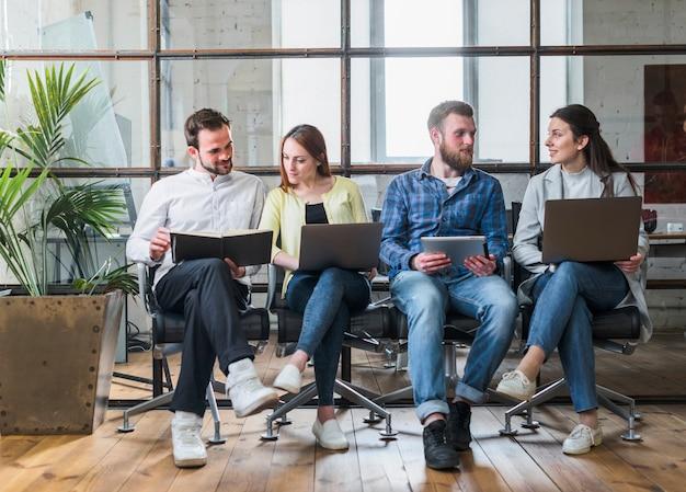Jóvenes empresarios trabajando juntos en la oficina Foto gratis