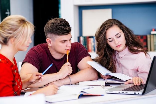Jóvenes estudiando usando laptop Foto gratis
